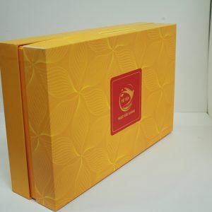 Hộp đựng quà màu vàng mặt vân hoa